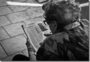 persona_mayor_leyendo_periodico